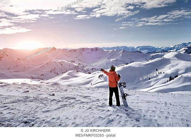 Austria, Greater Walser Valley, Damuls, Snowboarder in the mountains