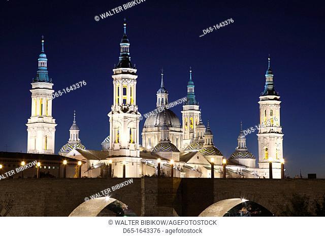 Spain, Aragon Region, Zaragoza Province, Zaragoza, Basilica de Nuestra Senora de Pilar and the Puente de Piedra bridge, on the Ebro River, dusk
