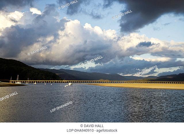 Wales, Gwynedd, Mawddach Estuary, Evening sunlight highlighting the Barmouth railway bridge across the Mawddach Estuary