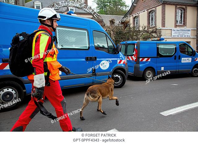 SEARCH DOG AND CANINE TEAM IN FRONT OF THE GAS COMPANY'S TRUCKS, EXPLOSION OF AN APARTMENT BUILDING FOLLOWING A GAS LEAK, NONANCOURT (27), FRANCE