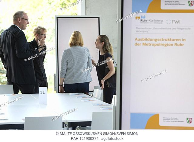 """Topic panel, panel discussion, feature, border motif, symbol photo, Ruhr conference, theme forum """"""""Utilizing potentials of the metropolitan region for health..."""