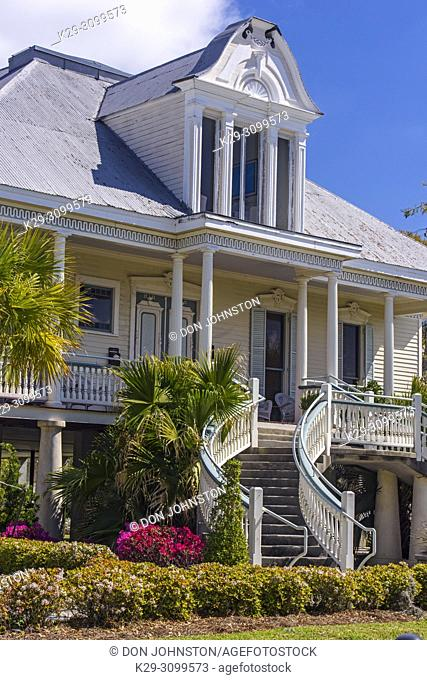 Antebellum style houses along the shore of Lake Pontchartrain in Old Mandeville, Mandeville, Louisiana, USA