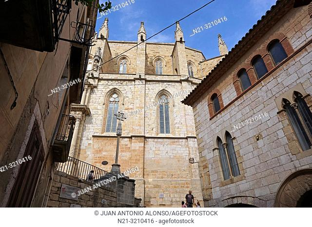 Santa Maria la Major Church. On the right, El Casal dels Josa, archive and museum of Montblanc and its region. Montblanc, Tarragona, Catalonia, Spain, Europe