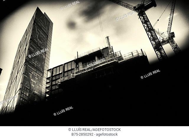 Edificio en construccion con gruas en primer plano y al fondo uno de oficinas. Shoreditch London, UK, Europa