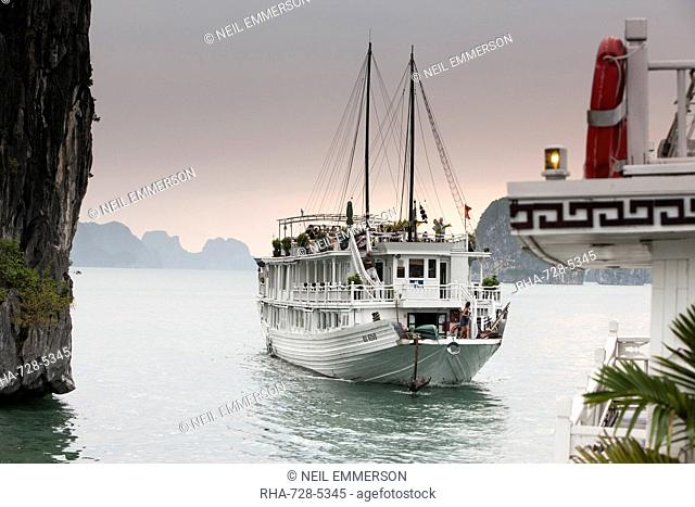 Cruise boat in Halong Bay, UNESCO World Heritage Site, Vietnam, Indochina, Southeast Asia, Asia
