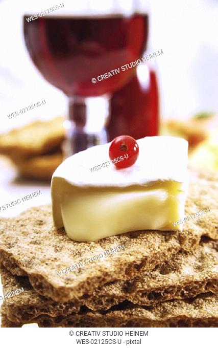 Crispbread with camembert and red current