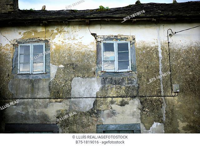 fachada de casa de pueblo en España decadente en ruinas , house facade in Spain decaying ruins