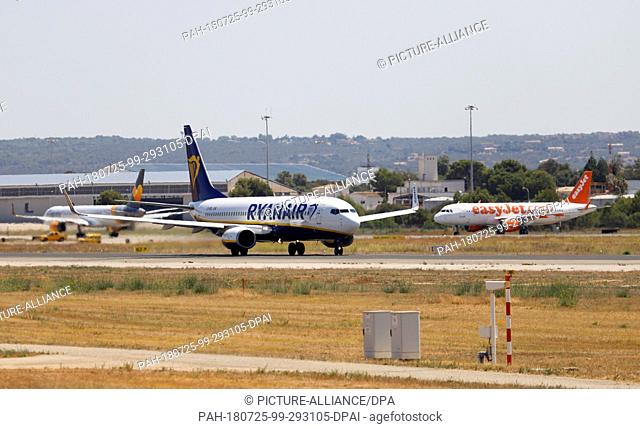 25 July 2018, Spain, Mallorca, Palma: Aircraft of the airlines Ryanair (r) and easyJet (l) are standing on the tarmac at the airport Palma de Mallorca and...