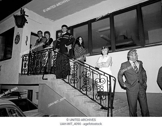Ausgelassene Stimmung auf einer Weihnachtsfeier mit Rede, Buffett und anschließendem Tanz, Deutschland 1980er Jahre. People having a christmas party