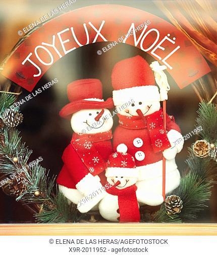 """""""""""""""""""""""Joyeux Noël"""""""" sign with Snowman family Christmas decoration on a window. Colmar. Haut-Rhin. Alsace. France"""