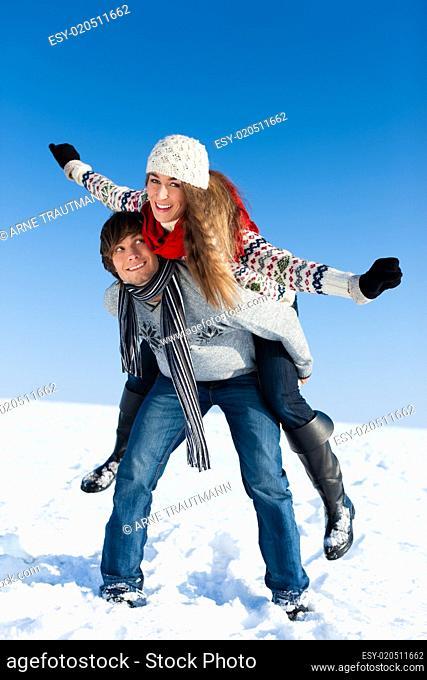 Paar beim Spaziergang im Winter