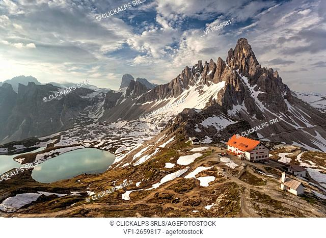 The refuge ANTONIO Locatelli - S. Innerkofler - DREIZINNENHÜTTE and Mount Paterno. In the valley below the beautiful lakes of Piani (Bödenseen)