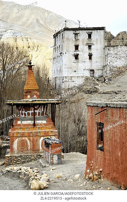 The royal palace and a stupa (chorten) in the village of Tsarang. Nepal, Gandaki, Upper Mustang (near the border with Tibet)