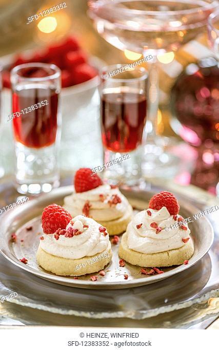 Vanilla shortbread with raspberries and cream