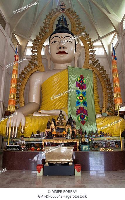 15-METER HIGH BUDDHA INSIDE THE SAKYA MUNI BUDDHA GAYA TEMPLE, TEMPLE OF A THOUSAND LIGHTS, KAMPONG JAVA NEIGHBORHOOD, SINGAPORE