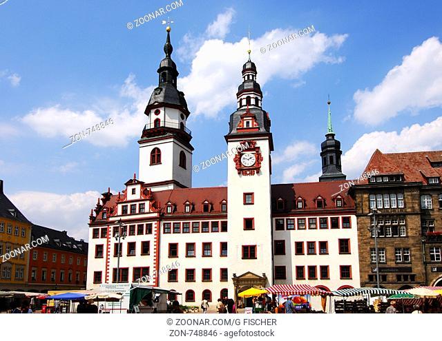 Markttag am Alten Rathaus, Hoher Turm (links), Rathausturm in der Mitte, Chemnitz, Sachsen, Deutschland / Open-air market in front of the Old city hall
