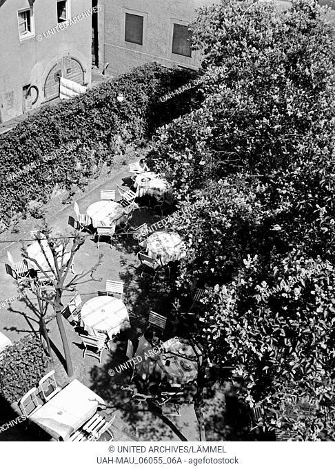 Nette kleine Außengastronomie in einem Innenhof in Miltenberg, Deutschland 1930er Jahre. Nice small catering in a courtyard at Miltenberg, Germany 1930s