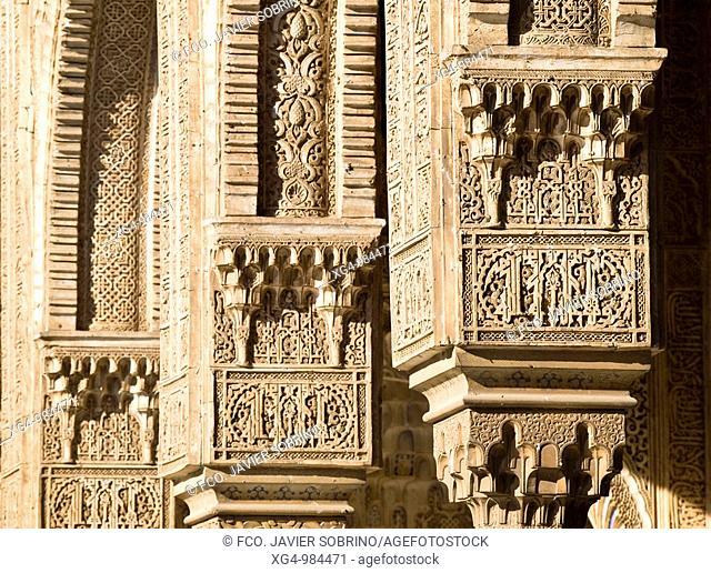 Decoración en los arcos del pórtico norte del Patio de Comares o de los Arrayanes, en los Palacios Nazaríes de la Alhambra de Granada, a base de arabescos