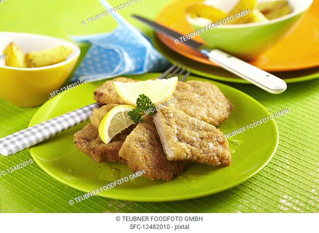 Mini escalopes with lemon and baked potatoes