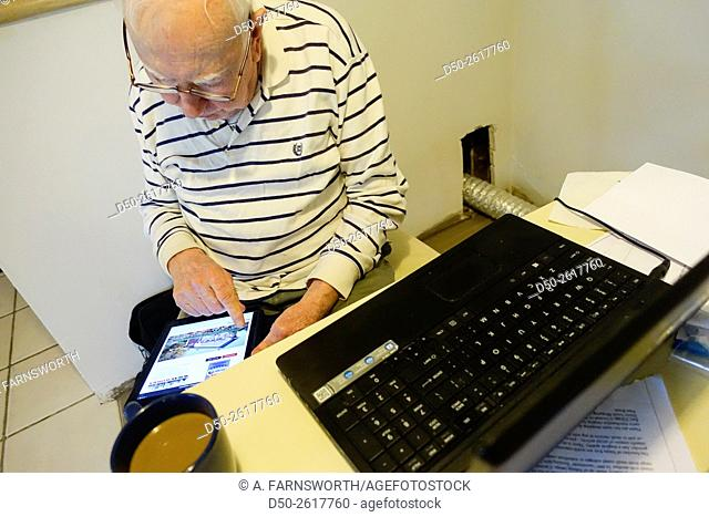 SARASOTA, FLORIDA Retirees trying to figure out Facebook on iPad