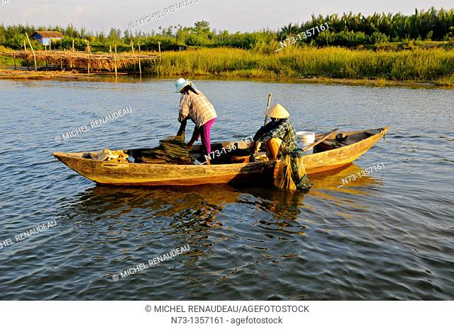 Vietnam, Quang Nam, Hoi An, a fisherman in the river meets the sea