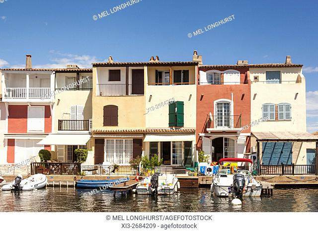 Boats moored in front of waterfront homes, Port Grimaud, Cote D'Azur, France