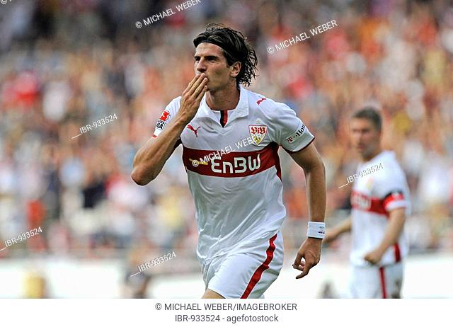 Mario GOMEZ, playing for VfB Stuttgart, celebrating a goal by blowing a kiss