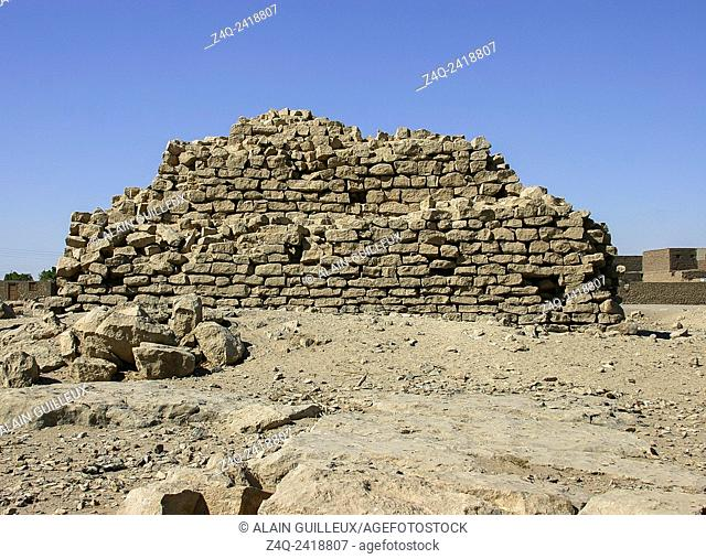 Upper Egypt, El Kola near Hierakonpolis, provincial step pyramid, maybe built by pharao Houni, third dynasty. There's maybe a causeway in front of the pyramid