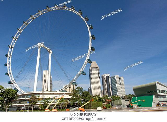 THE FERRIS WHEEL SINGAPORE FLYER WITH THE SKYSCRAPERS IN THE COLONIAL DISTRICT IN THE BACKGROUND, MARINA BAY, SINGAPORE