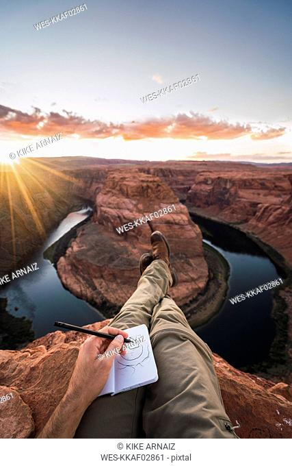 USA, Arizona, Colorado River, Horseshoe Bend, young man on viewpoint, painting