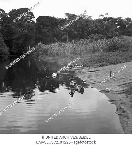 Boote am Ufer im Siedlungsgebiet der Maroons, Suriname 1966. Boats at the river bank in the settelement area of Maroons, Suriname 1966