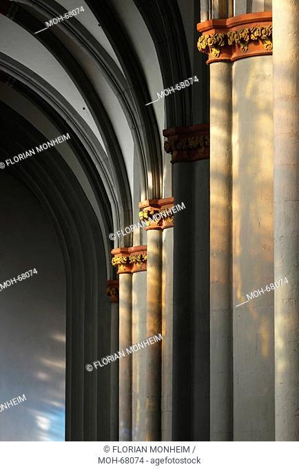 Südliches Seitenschiff, Lichtreflexe an den westlichen Pfeilern