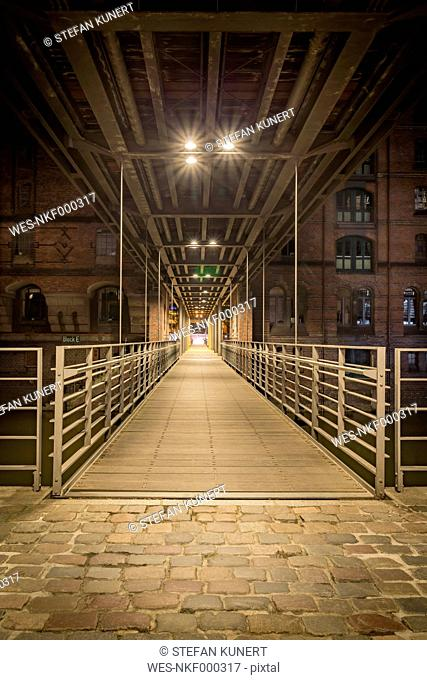 Germany, Hamburg, pedestrian Bridge between Speicherstadt and Hafencity at night