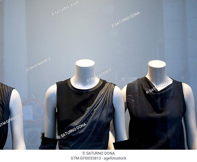 Female mannequins without head