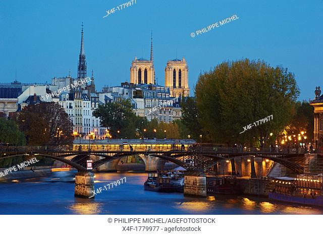 France, Paris, the Passerelle des Arts, Ile de la Cité and the cathedrale Notre Dame of Paris