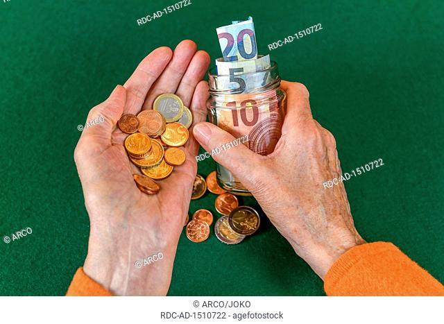 Symbolfoto, Rente, Seniorin, Haende, Geld, Sparbuechse