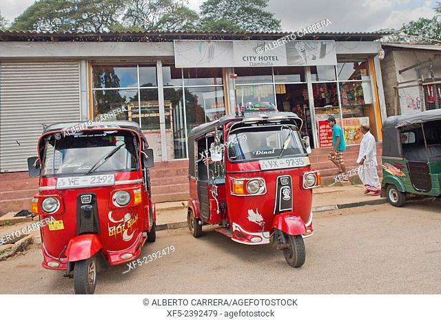 Road scene, Tuk-Tuk, Three-wheelers Taxi, Sri Lanka, Asia
