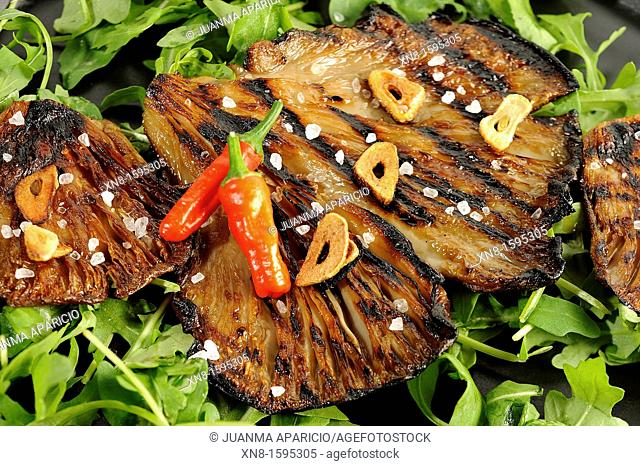 Cultivated mushrooms grilled with garlic and red chilli salad Canonigos