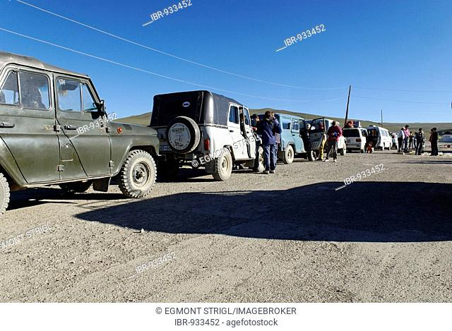 Vehicles waiting in a queue at the border crossing of Taschanta, Altai, Siberia, Russia, Mongolia, Asia