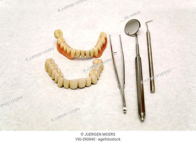 31.01.2007, Germany, North Rhine-Westphalia, Muenster: Artificial dentures and dentist instruments on treatment table. - Muenster, Nordrhein-Westfalen, GERMANY