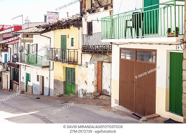 Calle típica en Mombeltrán. Barranco de las cinco villas. Valle del Tiétar. Provincia de Ávila, Castile-Leon, Spain