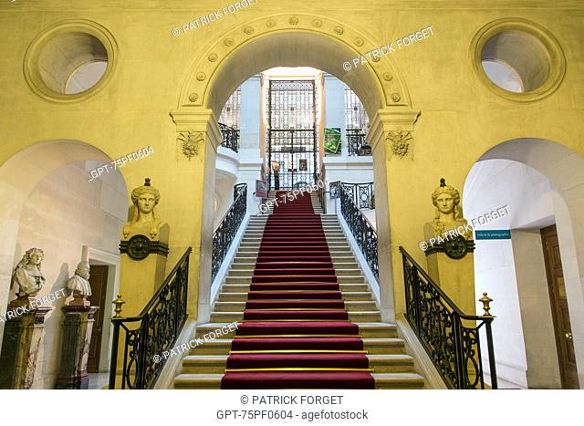 STAIRWAY IN THE BIBLIOTHEQUE NATIONALE (NATIONAL LIBRARY), RUE RICHELIEU, PARIS (75), FRANCE