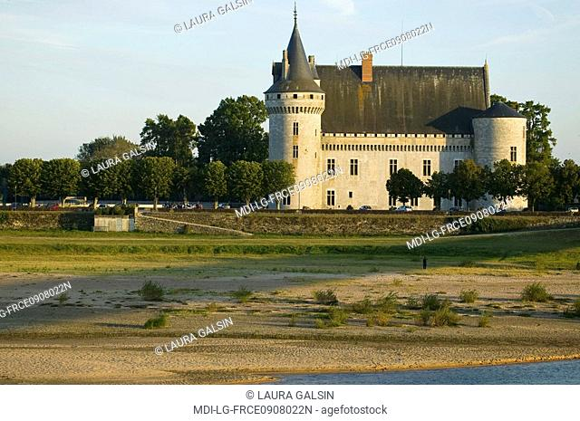 The castle from the other bank of the Loire river