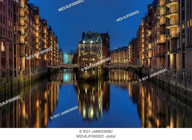 Germany, Hamburg, Wandrahmsfleet at old warehouse district (Speicherstadt) by night