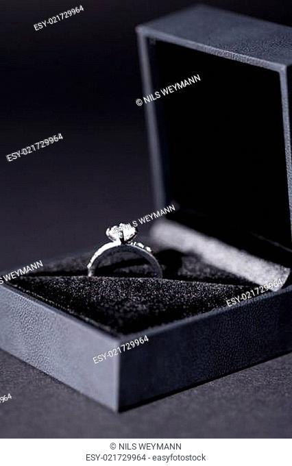 schöner moderner eleganter silberner ring in einer box