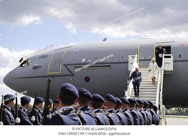 07 May 2019, Berlin: British Prince Charles and his wife Duchess Camilla leave the Royal Air Force aircraft after landing at Tegel Airport