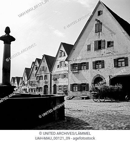 Häuser an der Nördlinger Straße mit dem Brunnen von 1771 in Dinkelsbühl, Deutschland 1930er Jahre. Houses in Noerdlinger Strasse street with a well from 1771 at...
