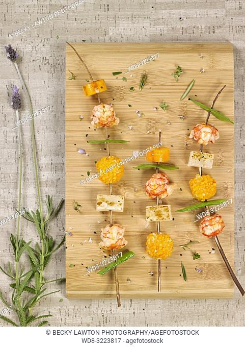 pinchos de colas de gambas y verduras / skewers of prawn tails and vegetables