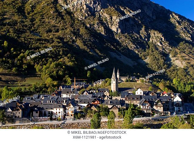 Salardu village  Aran Valley  Pyrenees mountain range  Lerida province  Catalonia, Spain, Europe