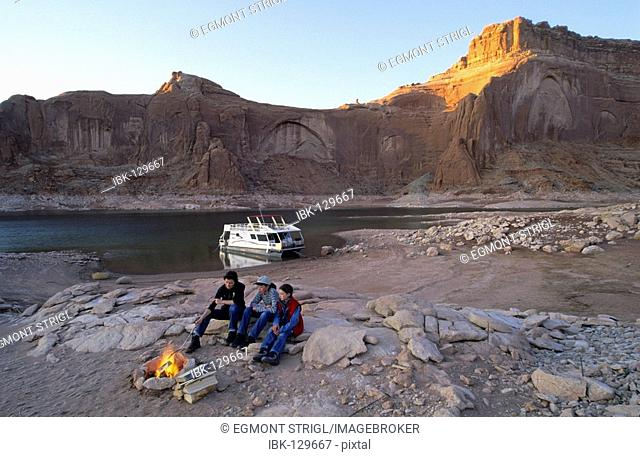 Mother with kids with a campfire, house boat on Lake Powell, Glen Canyon National Recreation Area, Utah, Arizona, USA